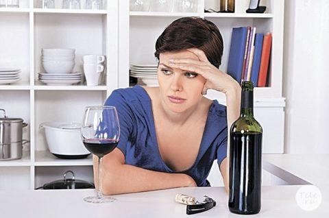 На фото показана оптимальна суточная доза вина для женщин