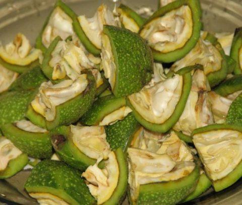 Нарезанные зеленые плоды грецкого ореха