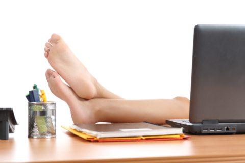 Если в течение дня есть возможность закинуть ноги на стол, то упускать ее не стоит