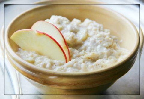 Овсяная каша с молоком на фото- идеальный вариант полезного завтрака.