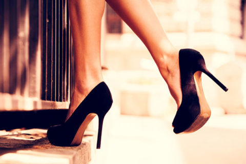 При длительном хождении на каблуках нарушается работа клапанов сосудов, это приводит к отекам и застою крови.