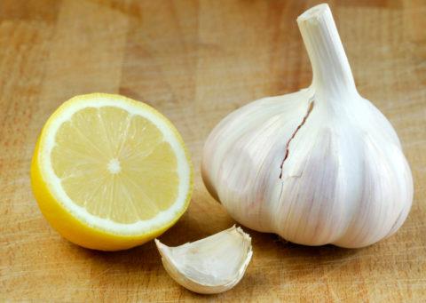 Смесь лимона и чеснока способна бороться проблемой