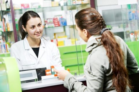 Фармацевт не должен рекомендовать пациенту лекарственные препараты, только врач может правильно подобрать лекарственный состав
