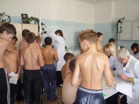 Наиболее часто болезнь у мальчиков выявляют во время школьных медосмотров