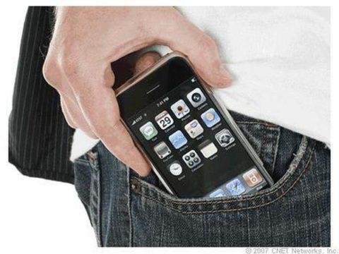 Ношение мобильника в переднем кармане может оказывать пагубное действие на развитие половых клеток.