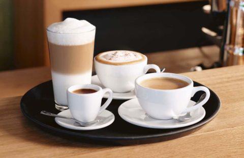 Объем и вкус разный, а количество кофеина одинаковое