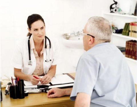 Пациент рассказывает доктору о собственных симптомах.