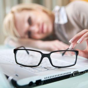 Различные нарушения со стороны органов зрения: снижение остроты, сужение видимых полей