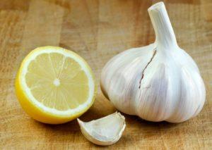 Лимон и чеснок – два компонента, помогающие предотвратить развитие многих заболеваний.