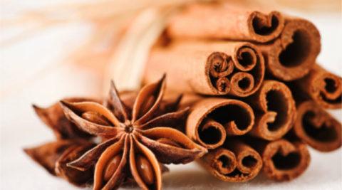 Ароматную корицу можно добавлять не только в первые и вторые блюда, но и в напитки, например, молоко или чай.