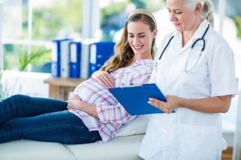 Большинство специалистов не рекомендуют посещать баню беременным