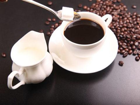 Чашка с горячим сладким кофе