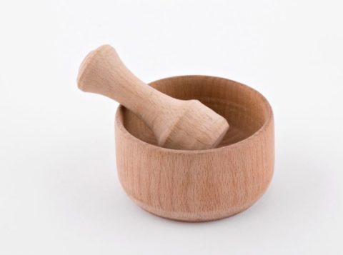 Измельчают чеснок только при помощи деревянной ступки.