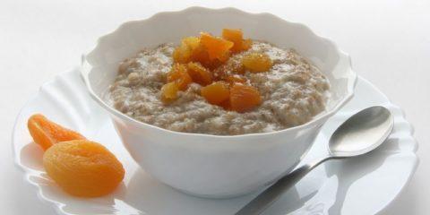 Овсяная каша с сухофруктами – идеальный вариант завтрака для тех, кто обеспокоен собственным здоровьем
