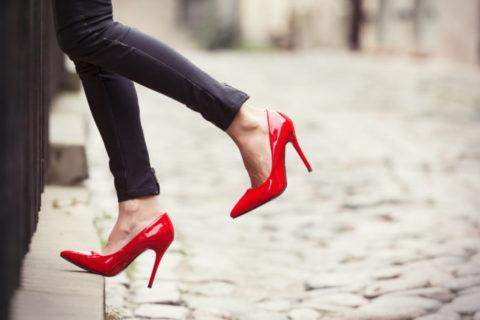 Постоянное ношение обуви на высоких каблуках – одна из причин развития заболеваний сосудов ног.
