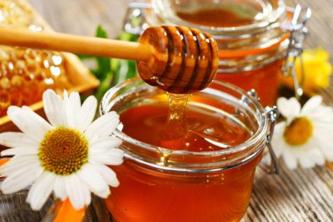 Для приготовления лекарства выбирайте только натуральный и качественный мед.