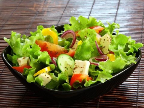 Для здоровья и чистоты сосудов следует есть как можно больше овощей и фруктов.