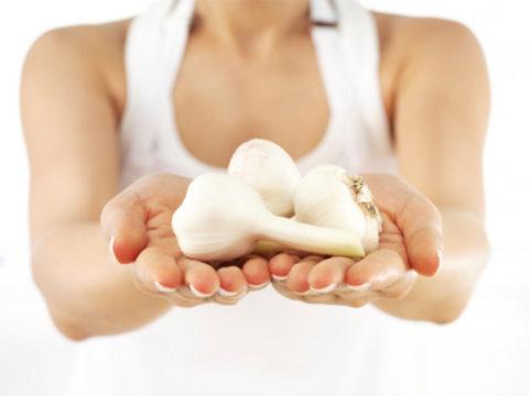 Дольки чеснока богаты селен благоприятно влияющего на сердце
