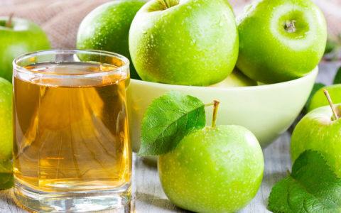 Коктейль из соков яблок и крапивы поможет укрепить сосуды и улучшить кровообращение.