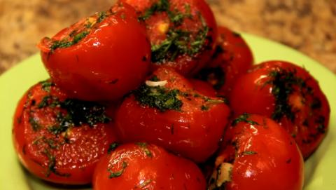 Запеченные томаты с травами и специями (на фото) – легкое и полезное блюдо.