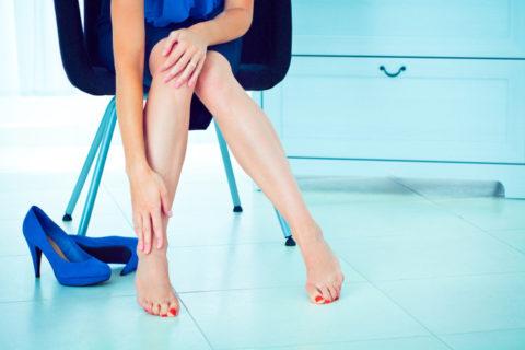 Боль в ногах и вздутие вен – симптомы тромбофлебита на начальной стадии.