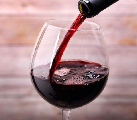 Для лечебных целей рекомендуется использовать только молодое сухое красное вино.