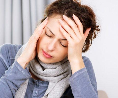 Головная боль – самый частый симптом снижения эластичности сосудов.