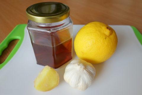 Лимоны, чеснок и мед – простые и доступные средства для чистоты сосудов.