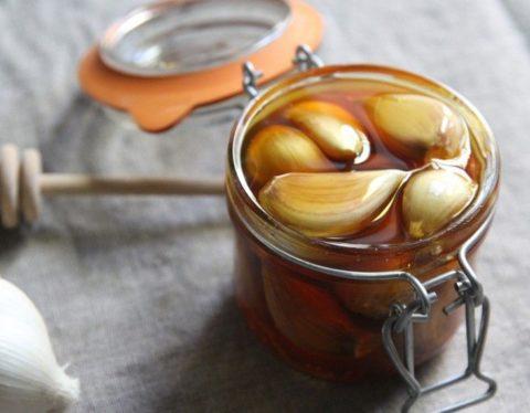 Настой из чеснока – самое эффективное и популярное средство для лечения сосудов.
