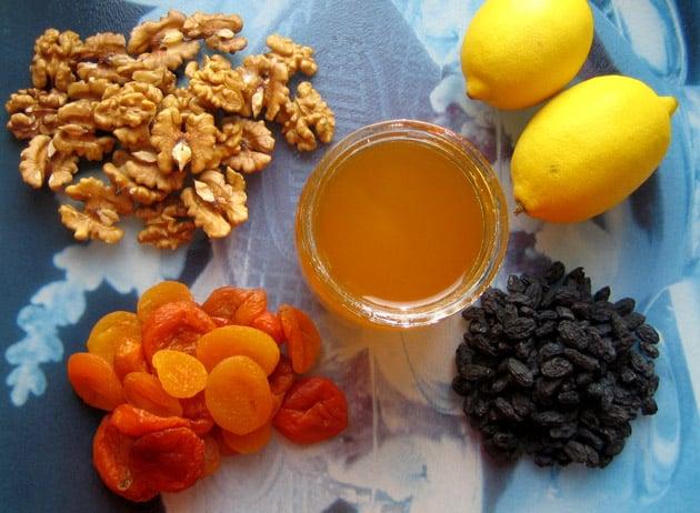 Смесь из лимонов меда грецких орехов кураги