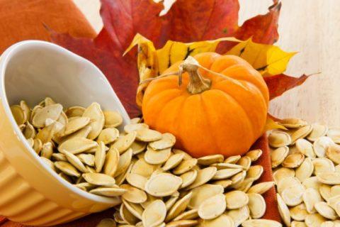 Повысить эластичность стенок сосудов поможет настой на основе тыквенных семечек.