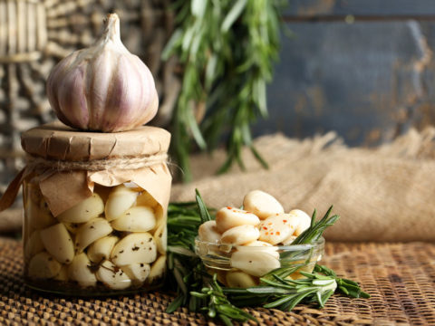 Жгучий чеснок – кладезь полезных витаминов, необходимых для сосудистой системы.
