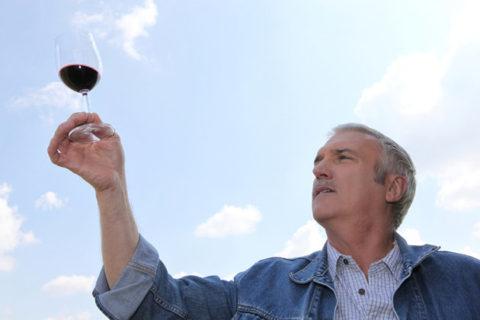 Чем выше цена, тем выше качество вина. Для лечения достаточно выдержки в несколько лет.