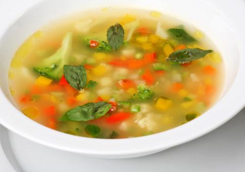 Овощной суп можно готовить на легком курином бульоне.