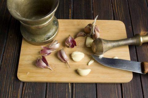 Для измельчения чеснока лучше использовать не железную, а деревянную или фарфоровую ступку