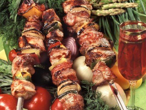 Шашлык и другие блюда из жирных сортов мяса повышают уровень холестерина