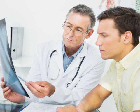 Врач информирует больного о ходе предстоящего лечения и его последствиях