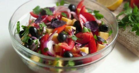 Салат Гармония без майонеза: маслины, сыр, помидоры.