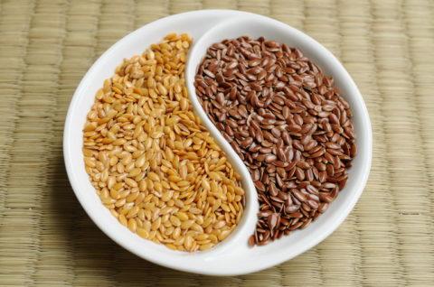 Золотистые и коричневые семена льна