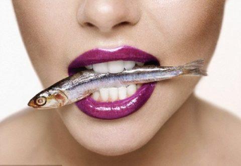 Если есть морскую рыбу часто, то это снижает уровень холестерина благодаря веществам содержащимся в рыбьем жире