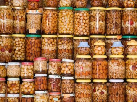 Разные виды орехов с медом (фото с прилавков рынка в г. Сочи)