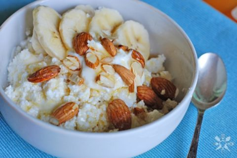 Творог с бананом, миндалем и медом