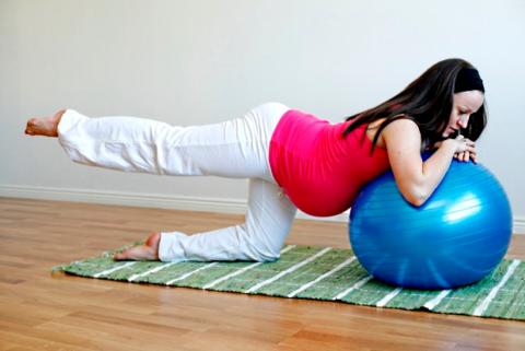 Пилатес с фитболом – идеальный выбор для женщин во время беременности и после родов
