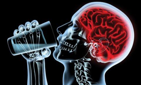 Употребление больших большого количества водки приводит к спазму сосудов головного мозга