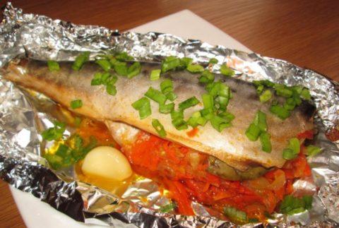 Морская рыба, запеченная с овощами