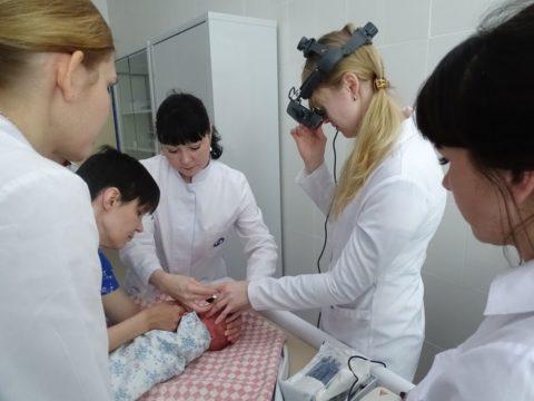 У детей проблема в обследовании глаз состоит в том, что они не могут самостоятельно не моргать и оставаться неподвижными