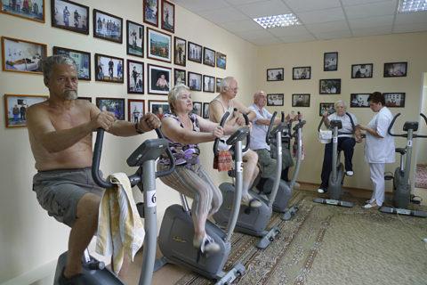 В пожилом возрасте допустимы незначительные физические нагрузки