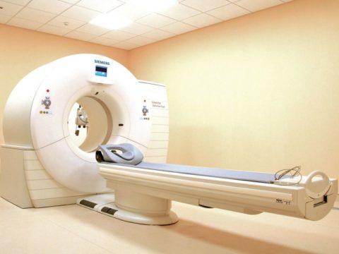 КТ-томограф закрытого типа (наличие круглой цельной катушки)